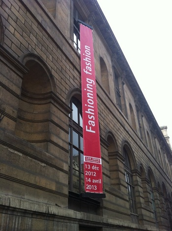 Fashioning Fashion banner outside Les Arts Décoratifs at the Palais du Louvre
