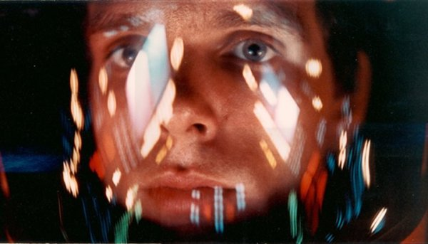 2001: A Space Odyssey, directed by Stanley Kubrick (1965-68; GB/United States). The astronaut Bowman (Keir Dullea) in the storage loft of the computer HAL. © Warner Bros. Entertainment Inc.